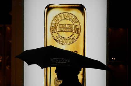 الذهب يهبط، بعد تحطيم البنوك المركزية على مستوى العالم لآمال تخفيض الفائدة