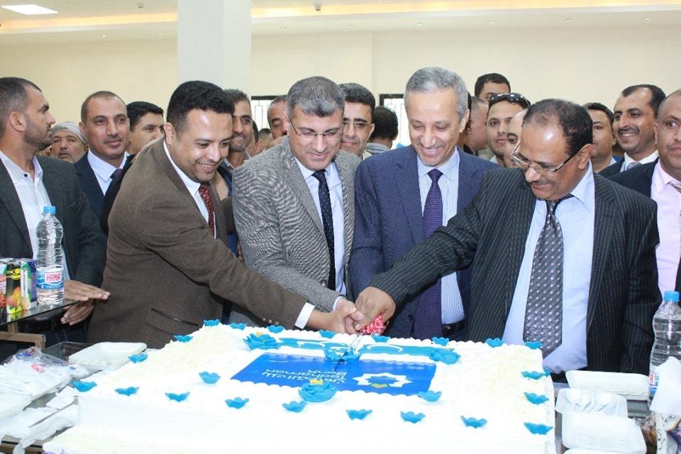 شوقي هائل يفتتح المبنى الجديد لبنك التضامن في مدينة إب